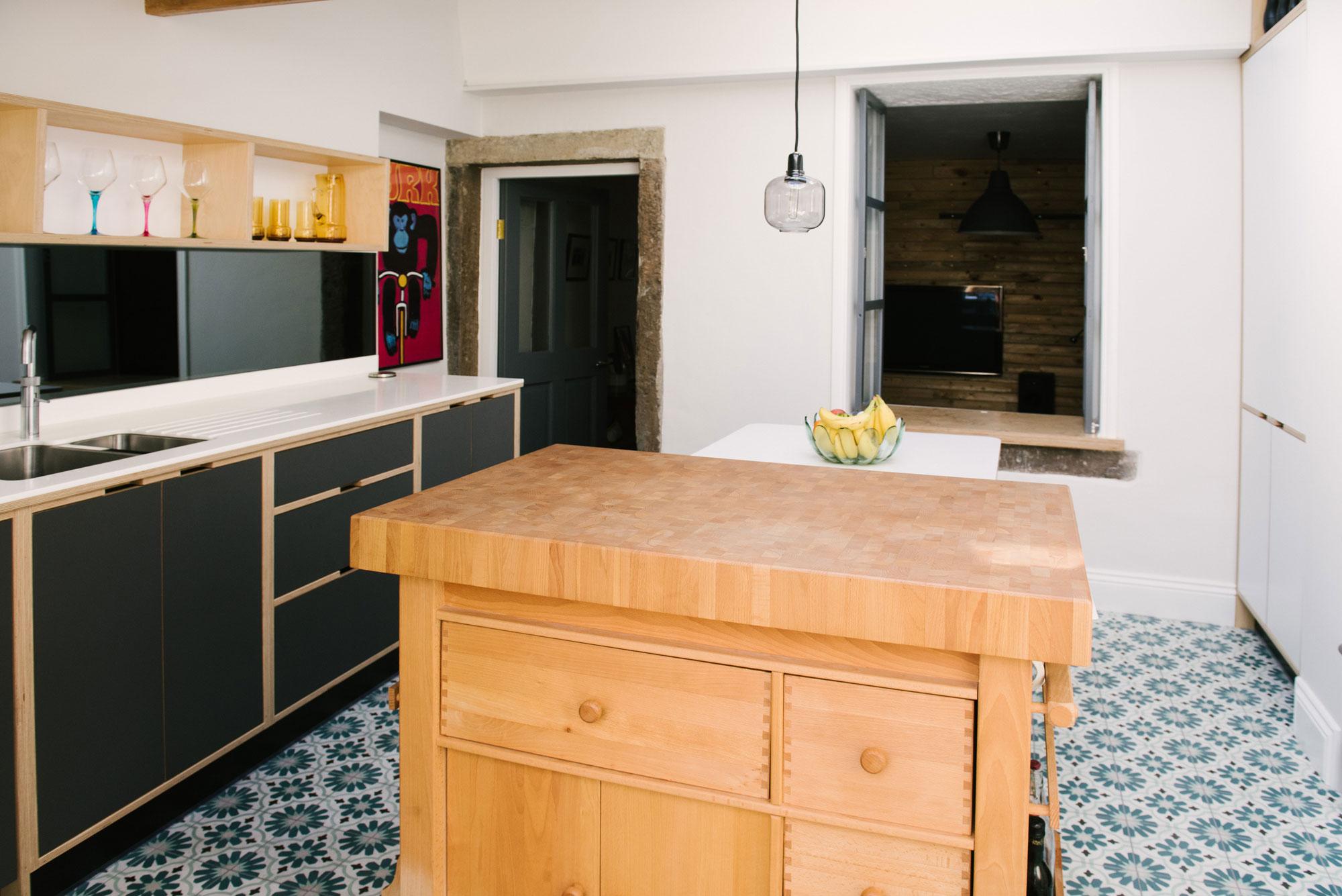 Monochrome plywood kitchen scheme