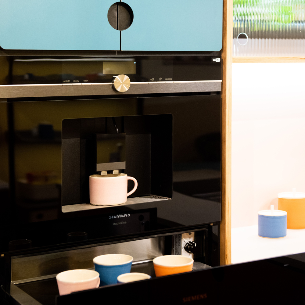 Integrated coffee machine and warming drawer